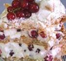 Tort delicios de ciocolată şi fructe - căpşuni, coacăze roşii, zmeură şi afine